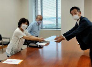 松田教育次長に要請書を提出する北村新婦人県事務局長